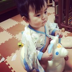 Instagram media misomiki -  . たぁ、誕生日の朝におまるに成功❤️ . 昨日届いたロディちゃんのおまるさん。白。きゃわ。 . 誕生日pic1枚目がコレってどーなんとゆー感じやが . #おまる #ロディちゃん #ロディ #白ロディ #おまるデビュー #誕生日 #1歳 #パジャマ # 半裸