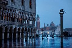 L'homme de venise by Christophe Jacrot posted by Nefeli Aggellou Christophe Jacrot, Book Review Blogs, Timeline Photos, Venice Italy, Big Ben, Places To See, Beautiful Places, Rain, Europe
