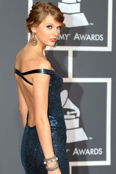 Taylor Swift arrives on the red carpet at the Grammy Awards in Los Angeles, California on January Taylor Lautner, Taylor Swift Sexy, Beautiful Taylor Swift, Photos Of Taylor Swift, Estilo Taylor Swift, Taylor Swift Fearless, Taylor Swift Music, All About Taylor Swift, Taylor Swift Style