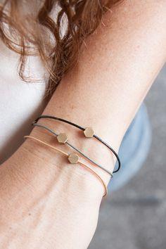 State of A  Armband aus echtem Leder mit Messinghexagon. Sehr schlicht und minimalistisch zu allem kombinierbar.  Länge: 16-17cm   Karabinerverschluss  In vielen tollen Farben erhältlich....