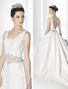 Vestido de novia con atrevido escote en la espalda y corte en cintura.