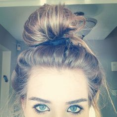 Find images and videos about girl, hair and blue on We Heart It - the app to get lost in what you love. Lazy Hairstyles, Everyday Hairstyles, Pretty Hairstyles, Hairdos, Updo Styles, Curly Hair Styles, Natural Hair Styles, Bad Hair, Ombre Hair