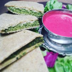 Raw spinach pie with beets dressing