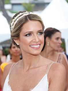 A tiara dupla é uma opção de acessório delicado para casamentos. Confira 5 looks diferentes com tiara dupla para noivas - das mais clássicas às boho.