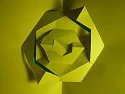 Técnica kirigami combinando diferentes ejes de simetría y varios niveles de volumen. En este caso el diseño me agrado, pero la figura no es plegable