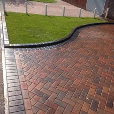 This particular paver stone walkway is a really inspirational and incredible ide. - This particular paver stone walkway is a really inspirational and incredible idea - Paving Design, Driveway Design, Backyard Landscaping Designs, Paver Designs, Outdoor Patio Decor, Block Paving Driveway, Patio Design
