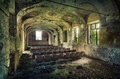 Stilles Auditorium:  Ein kleiner Konzertsaal, eine Theaterbühne, ein sakraler...
