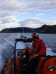 A petición de SOS Deiak, activada la base de Cruz Roja del Mar de Ondarroa. Un barco sin motor lo remolcan hasta el puerto de Lekeitio.