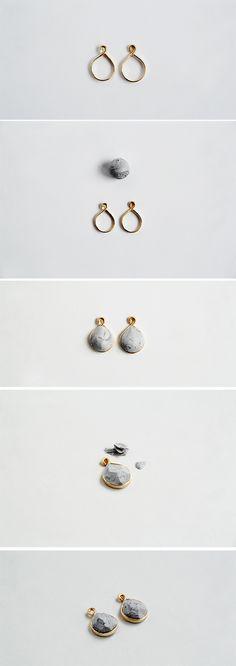 材料: 1.5mmゴールド銅線 5㎝スモールリングチェーン 黒と白のポリマークレイ 丸かん4個 ピアス金具 強力な接着剤  1.ワイヤーをカットし、ポリマークレイを入れる部分をハンマーで平らにたたく。 2.ペンチで曲げ大きな輪を作り、端は丸かんを通す小さな輪を作る。 3ポリマークレイの白に黒を混ぜグレーを作り、黒で斑点などを入れ大理石の模様を作り丸める。 4.3のポリマークレイを半分にし、2の中にそれぞれつぶして広げる。 5.クラフトナイフを使い表面をカットし、幾何学形状を作る。