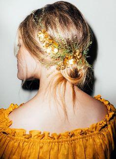 Oui aux coiffures romantiques usant des fleurs avec poésie !
