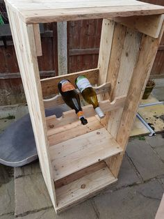 I needed some additional storage space in the kitchen so I designed and built this Pallet Wine Rack/Book Shelf Unit. Pallet Light, Pallet Wine, Pallet Display, Pallet Storage, Wooden Pallet Shelves, Wooden Pallets, 1001 Pallets, Recycled Pallets, Carpentry Projects