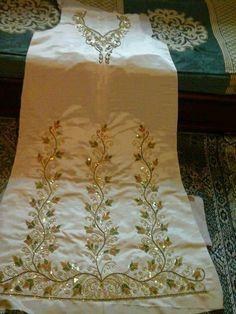 Guendoura Algérienne #algeriantraditionaldresses #Algérie #الجزائر #Algeria Embroidery Suits Punjabi, Zardozi Embroidery, Hand Embroidery Dress, Embroidery Suits Design, Embroidery On Clothes, Hand Embroidery Designs, Beaded Embroidery, Hand Work Design, Edwardian Dress