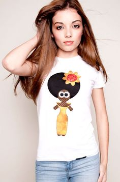 Hawaii Doll: Camiseta para chicas con aplicaciones en telas de patchwork aplicadas a la camiseta con punto de festón. Ojitos con botones cosidos. 100% algodón