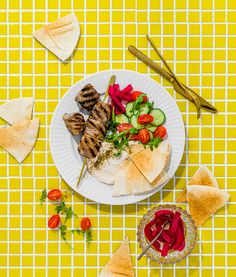 Bœuf shawarma libanais | Recettes d'ici | Recettes d'ici Sauce Tahini, Shawarma, Mets, Barbecue, Cheese, Ethnic Recipes, Food, Cooking Food, English Cucumber