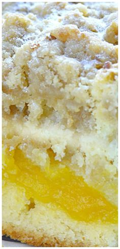 Peach Pie Bars are sensational bar-type cookies with a homemade peach pie filling in the middle! This one has a shortbread-like crust and streusel topping. Great dessert for summer holiday fun when peaches are in season. Tolle Desserts, Köstliche Desserts, Dessert Recipes, Bar Recipes, Peach Pie Bars, Peach Pie Filling, Dessert Simple, Pie Dessert, Eat Dessert First
