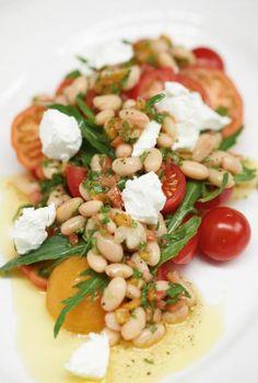 Am besten sind Tomaten, die süß-säuerlich schmecken und schön fest sind. Wer keine guten heimischen bekommt, nimmt am besten kanarische.