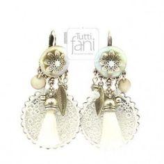 Boucles d'oreilles dormeuses estampes et perles blanches
