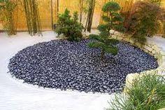 Risultati immagini per come decorare il giardino con i sassi