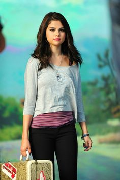 Selena Gomez for Dream Out Loud collection (Fall photoshoot Selena Gomez Short Hair, Selena Gomez Cute, Estilo Selena Gomez, Selena Gomez Pictures, Alex Russo, 2000s Fashion, Girl Fashion, Tv Show Outfits, Teen Celebrities