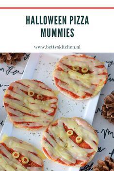 Pizza Mummies voor Halloween | Betty's Kitchen Halloweenrecepten Halloween Pizza, Halloween Ideas, Vegetables, Kitchen, School, Food, Cooking, Veggies, Vegetable Recipes