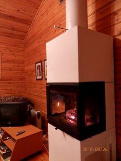 Työnjohtajan talossa - talo vanha puutalo olohuone keinutuoli keinutuolit takka tulisija ränsistynyt.