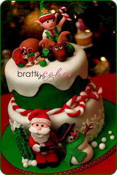 The only inspiration you need to make your best Christmas cake. Browse our gallery of 50 brilliant Christmas cake ideas. Christmas Cake Designs, Christmas Sweets, Noel Christmas, Christmas Goodies, Christmas Baking, Christmas Cakes, Christmas Decor, Xmas Cakes, Reindeer Christmas
