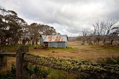Howie hut in Victorian High Country Old Country Houses, Country Life, Old Houses, Abandoned Houses, Abandoned Places, Tin Shed, Australian Bush, Old Cottage, Country Scenes