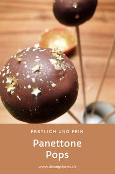 Für Italiener haben Panettone und Pandoro während Festtagen wie Weihnachten, Silvester oder auch Ostern eine ganz besondere Bedeutung - entweder als Apéro mit etwas Prosecco oder als Nachtisch mit Kaffee, es geht sozusagen nichts, ohne diese Köstlichkeit! Besonders schön kommt der Panettone in Form von Panettone Pops daher! #PanettonePops #DieAngelones Pop, Sweet Recipes, Desserts, Cake, Chocolates, Italian Kitchens, Italian Recipes, Family Friendly Recipes, Italian Man