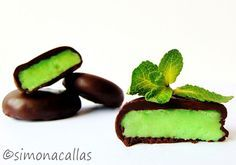 Peppermint flavored patties, dipped in semi-sweet chocolate. (in Romanian) Menta Chocolate, Sweets Recipes, Desserts, Yummy Food, Tasty, Peppermint Patties, Fondant, Baking, Healthy