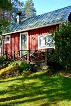 Kanelia ja kardemummaa: Mökkiterveisiä Tiny Cabins, Cabins And Cottages, Norwegian House, Ranch Exterior, Guest Cabin, Scandinavian Home, Little Houses, House In The Woods, House Painting