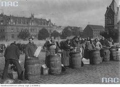Handlarki sprzedające śledzie z beczek na rynku w Bydgoszczy.1925