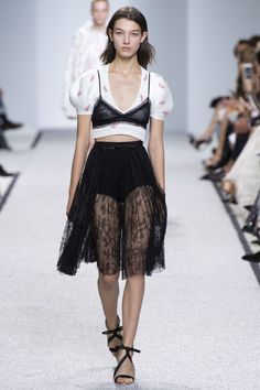 See the complete Giambattista Valli Spring 2017 Ready-to-Wear collection.