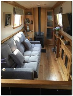 Houseboat Interiors Ideas Like No Other - The Urban Interior Canal Boat Interior, Yacht Interior, Narrowboat Interiors, Houseboat Living, Floating House, Tiny House Movement, Boat Design, Sofa Bed, Couch
