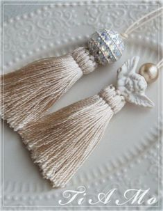 Tutorial - Shabby Chic (in Italian with photos) Embroidery On Clothes, Silk Ribbon Embroidery, Yarn Crafts, Diy And Crafts, Diy Tassel, Passementerie, Stone Beads, Shabby Chic, Tassel Necklace