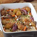 Y te preguntarás... ¿Qué es esa delicia? 👉 Chuletas de lomo de cerdo al horno con patatas, zanahorias baby y queso feta. . . . #food #foodie #cooking #cocina #receta #recipe #gastro #foodlover #