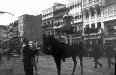 Cantón Grande; titiriteros sobre 1937, ya que detrás del que sujeta el caballo se ve un solar vacío, resultado del derribo del Teatro Linares Rivas para construir el Cine Avenida.