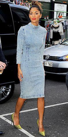 Jeans Styles Nicole Scherzinger works this acid-wash denim dress!Nicole Scherzinger works this acid-wash denim dress! Foto Fashion, Denim Fashion, Fashion Outfits, Nicole Scherzinger, Cheap Skinny Jeans, Rihanna Street Style, Moda Jeans, Jeans Boyfriend, Jeans Dress