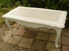 Table basse en bois peinte en blanc cassé patiné et taupe