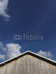 Flugzeughalle mit Holzfassade und stumpfem Giebel am Segelflugplatz in Oerlinghausen bei Bielefeld am Teutoburger Wald in Ostwestfalen-Lippe