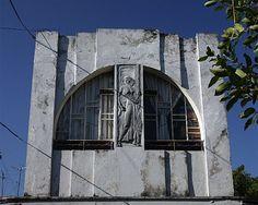 Havana art deco: Facade of Garcia Cabrera house, Vedado, Havana Cuban Architecture, Amazing Architecture, Art Deco Buildings, Modern Art Deco, Art Deco Home, Art World, Art Deco Fashion, Spotlight, Art Nouveau