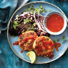 Looking for an easy and protein-packed dinner for tonight? Serve lightly fried pork and tofu cakes with microgreens and Thai chili sauce. Tempeh Burger, Lentil Burgers, Veggie Burgers, Best Tofu Recipes, Meat Recipes, Protein Recipes, Tofu Cake Recipe, Red Lentil Burger Recipe, Chatelaine Recipes