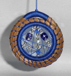 Pine needle ornament Rope Basket, Basket Weaving, Holiday Ornaments, Christmas Crafts, Arts And Crafts, Diy Crafts, Gourd Crafts, Pine Needle Crafts, Lace Weave