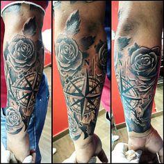 Rosa de los vientos y rosas! Otra sesion para la manga del amigo Marco hecha en @tattooevolutionpanama ...