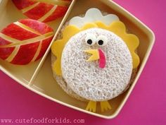 Thanksgiving Turkey Bento {Kids Craft Projects} When is a turkey sandwich not a turkey sandwich? When it is a cheese sandwich made to look like a cute… Bento Kids, Bento Box Lunch, Lunch Snacks, Box Lunches, Thanksgiving Lunch, Thanksgiving Recipes, Cute Food, Good Food, Yummy Food