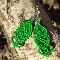 """Die handgemachten Makramée-Hängeohrringe im keltischen Stil sind in verschiedenen Farben erhältlich. Sie sind in liebevoller Handarbeit geknüpft worden im Design """"keltischer Knoten mit Herz"""" und verfügen jeweils über farblich abgestimmte Rocailles. Länge: ca 6,5 cm Breite: ca 2 cm Macrame Earrings, Pendant Earrings, Crochet Earrings, Drop Earrings, Green And Purple, Blue Orange, Celtic Knot, Seed Beads, Studs"""