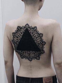 la-tendance-du-tatouage-blackout-blackout-tattoo-5 la tendance du tatouage blackout (blackout tattoo)