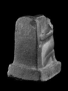 Fig. 6b. Statue stéléphore d'Aménemhat-Sourer, xviiie dynastie, règne d'Aménophis III (première moitié du xive siècle av. J.-C.).