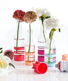 Está com vários potinhos e garrafas de vidro parados em casa? Com este DIY você poderá transformar estas peças em vasos super bonitinhos.