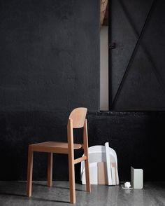 Fine lines: WORKSHOP chair's frame of solid oregon pine harmoniously blends in with the seat and back made of laminated hardwood veneer thereby eliciting a light yet robust expression.  Styling @pernille.vest /  @petrabindel  #muutodesign #newperspectives #nordicdesign #ceciliemanz #cleanlines #simplicity #craftsmanship #muutonews