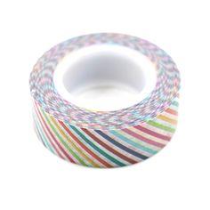 Por que gostamos? A Washi Tape é uma fita adesiva feita de papel de arroz e pode ser usada em trabalhos de scrapbooking, customização e diversos projetos de decoração. Pode ser usada em várias superfícies como paredes, vidro, papel, madeira, etc. A fita pode ser reposicionada sem deixar resíduos de cola.